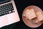 Pranzare in ufficio? Si produce meno se si mangia male e in fretta