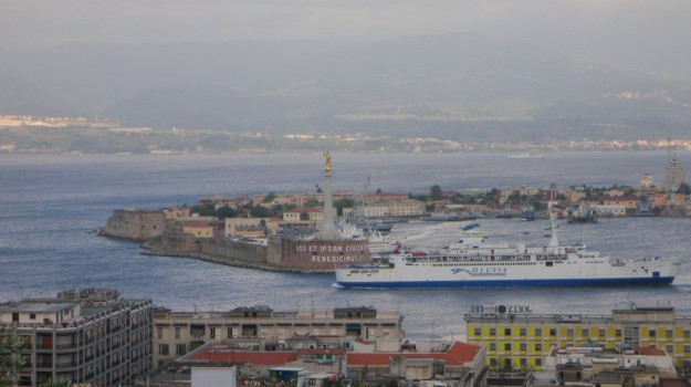 autorità stretto di messina, Messina, Economia