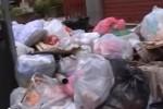 Abbandona rifiuti in strada a Cinisi, il sindaco glieli riporta a casa