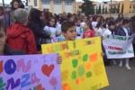 Docente aggredito a Palermo, genitori e insegnanti in un corteo di solidarietà