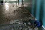 Crolla controsoffitto, scuola allagata. Alunni della Ferrara a casa per un giorno