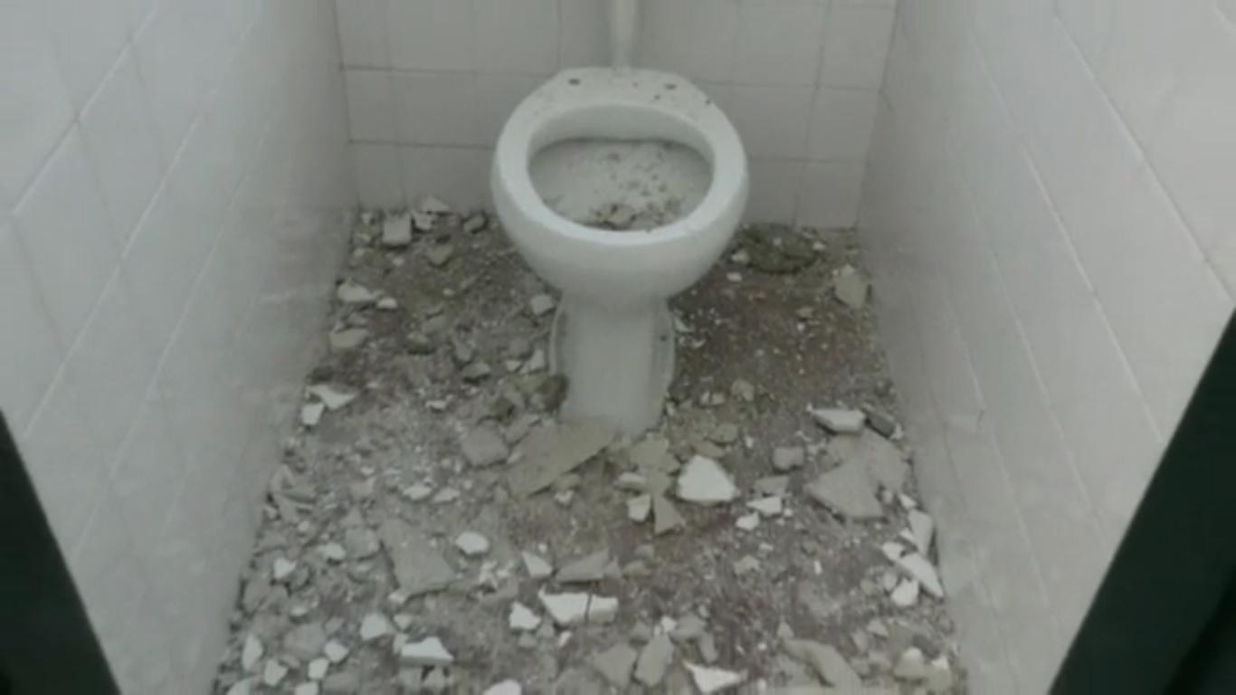 Paura a Palermo, crolla il tetto del bagno nella scuola elementare ...