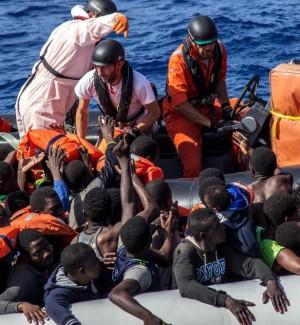 Soccorsi 1190 migranti nel Mediterraneo, sul fondo di un gommone una donna morta