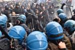 """Manifestazione """"No Renzi, No al referendum"""" alla Leopolda, carica della polizia - Foto"""