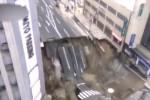 Il momento del crollo in una delle strade principali di Fukuoka, in Giappone