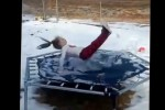 Salta su un tappeto elastico ghiacciato: bimba diventa star del web