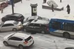 Neve sull'asfalto, bus scivola: tamponamento record in Canada