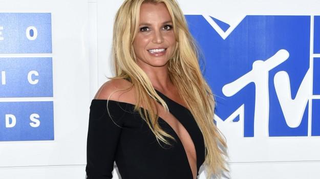 Tour annullato Britney Spears, Britney Spears, Sicilia, Società