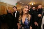 Abito lungo e profonda scollatura: Maria Elena Boschi a tutta sensualità alla prima del San Carlo