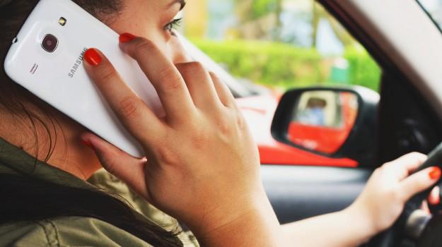 smartphone in auto, Sicilia, Cronaca
