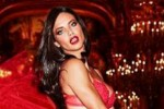 Gli auguri di Natale sono supersexy con Adriana Lima - Foto