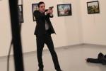 """Ucciso ambasciatore russo in Turchia, il killer è un poliziotto: """"E' il conto per la Siria"""" - Foto"""