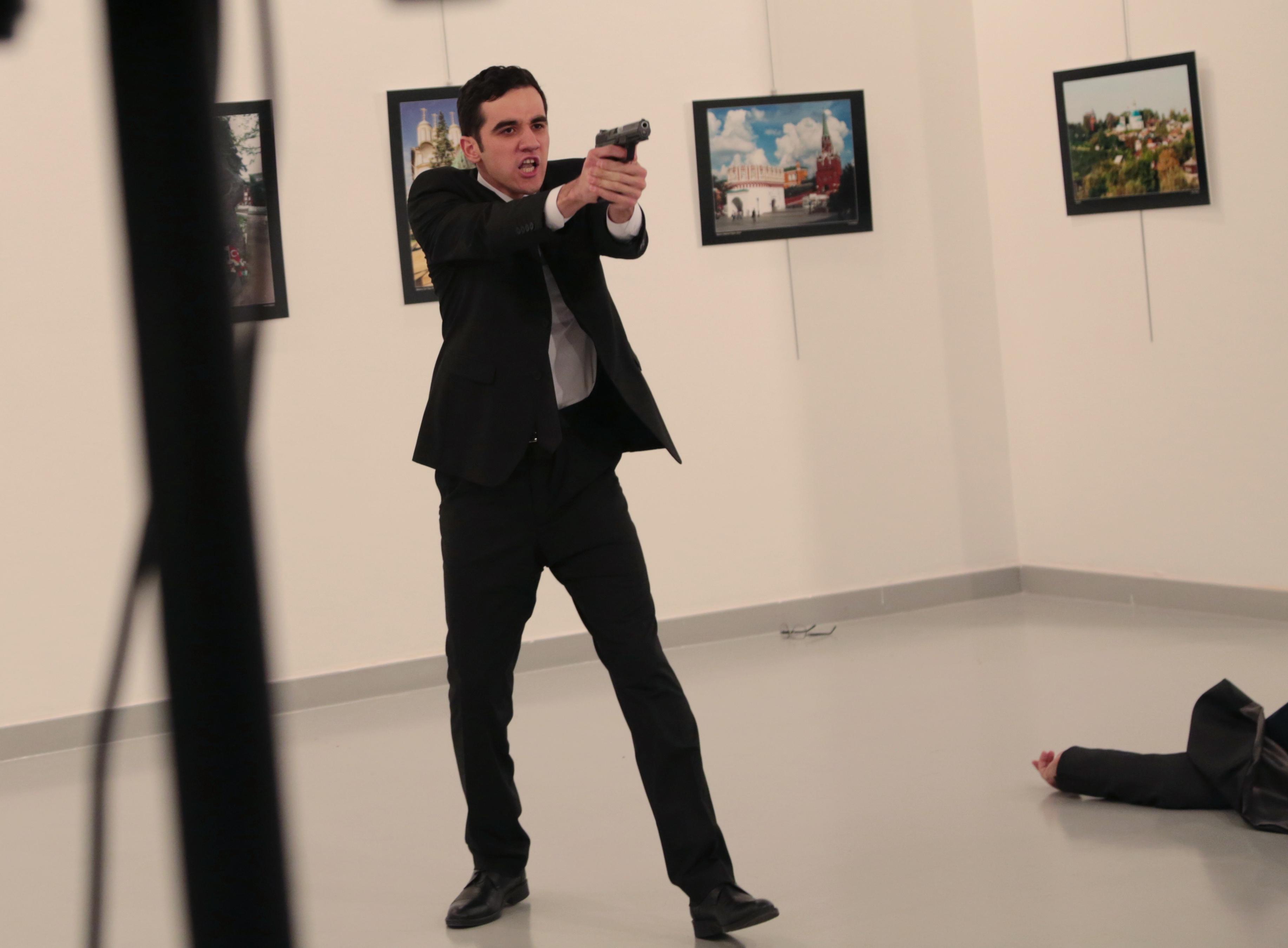 Ucciso ambasciatore russo in Turchia, il killer è un poliziotto:
