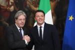 Renzi passa la campanella a Gentiloni e dona la felpa di Amatrice