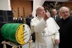 """Il Papa: """"Grazie per gli auguri ma in anticipo porta jella"""""""