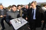 Il ministro dei Trasporti Graziano Delrio e la torta preparata dai Verdi per i 55 anni dei lavori