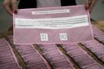 Polemica sulle matite ai seggi, voto fermo per 2 ore a Gela. Il Viminale: sono indelebili