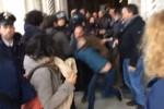 Salvini a Palermo, scontri tra giovani e polizia in Cattedrale - Video