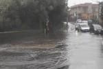 Maltempo a Catania, persone intrappolate nelle auto e allagamenti