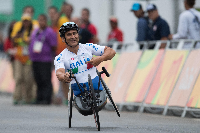 Incidente per Alex Zanardi in handbike: l'ex pilota in ospedale in ...