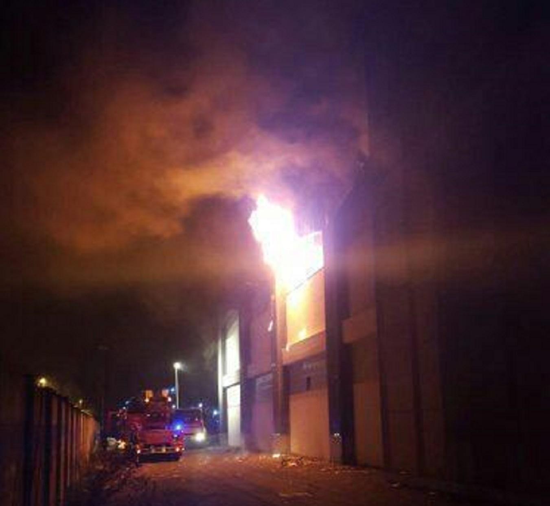 In fiamme ex mobilificio aiazzone era rifugio per - Mobilificio in campania ...