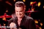 Robbie Williams stringe le mani ai fan ma poi (disgustato)... si disinfetta