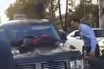 Scopre la moglie in macchina con l'amante: la scenata diventa virale