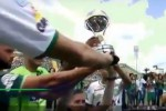 Tragedia Chape, superstiti alzano la coppa dopo il dramma - Video