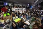 Lo stop di Trump ai rifugiati negli Usa Giudice federale blocca il rimpatrio Scoppiano le proteste negli aeroporti