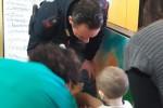 Oncologia pediatrica, i poliziotti portano i regali ai bimbi del Civico