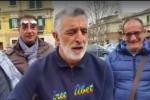 Il sindaco Accorinti canta e suona Bob Dylan durante una protesta: il video