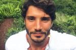 Vacanza esotica per De Martino: con lui anche una nuova fiamma?