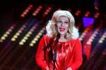 Di rosso vestita e mattatrice sul palco, Virginia Raffaele è Sandra Milo - Foto