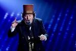 Sul palco un travolgente Zucchero: emoziona il duetto virtuale con Pavarotti