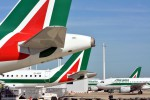 Alitalia valuta le offerte, si va verso il taglio degli stipendi