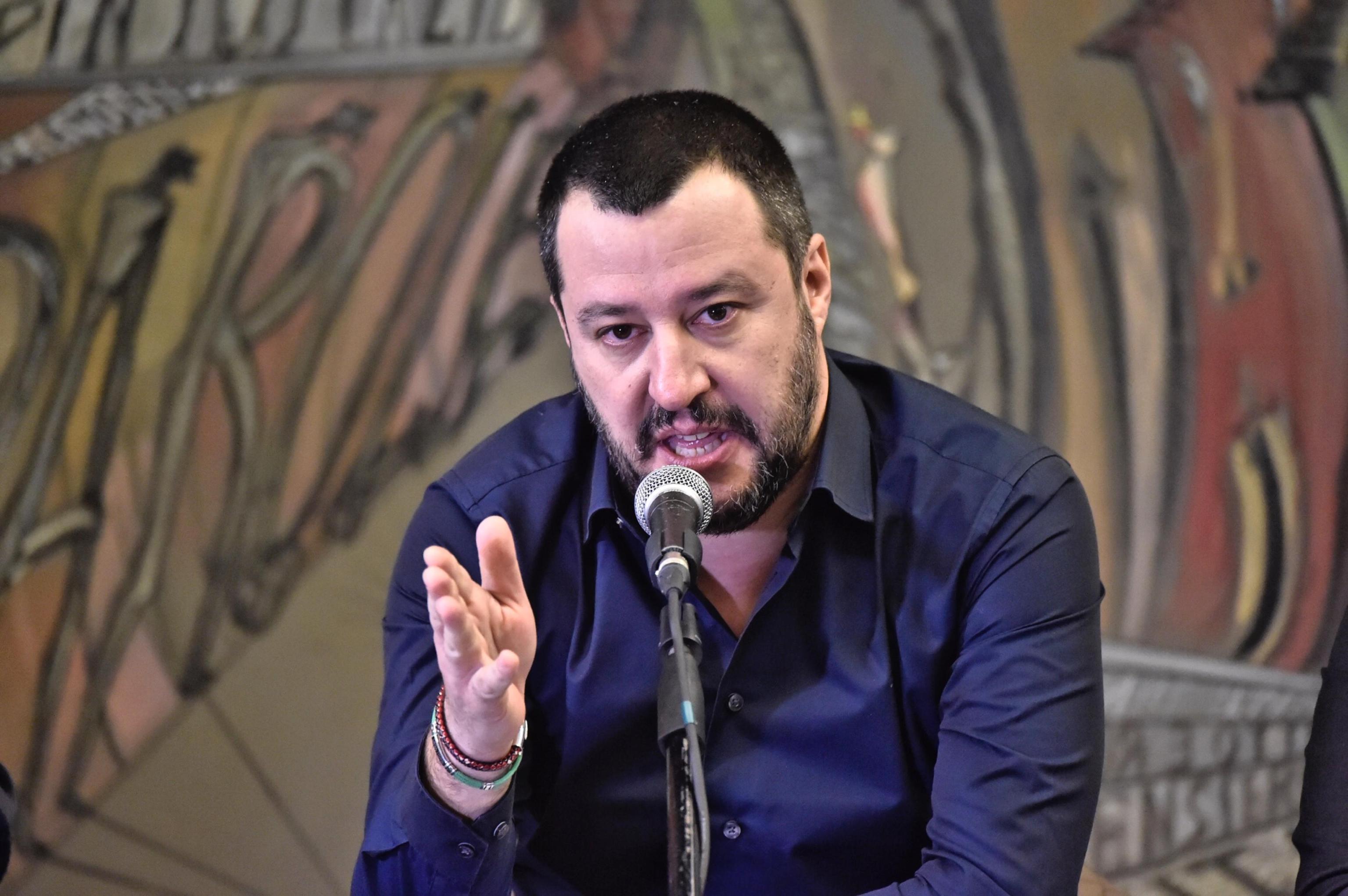 Lega, Salvini ordina: