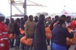 Migranti a Palermo, le immagini del maxi sbarco al porto - Video