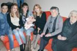 La famiglia di nonne e mamme di Acireale (foto da LaSicilia.it)