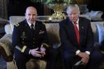 Donald Trump con il segretario alla Sicurezza nazionale, H.R. McMaster - Ansa