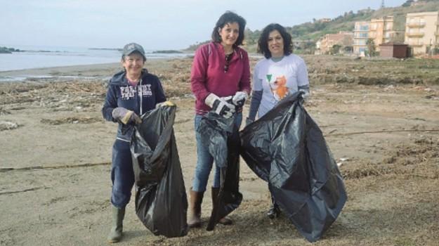 Sciacca, spiaggia, volontari, Agrigento, Cronaca