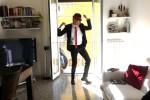 Vernia prende in giro il ballerino della Tim: il video sfottò è virale