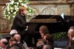 """L'omaggio a Lady Diana: quando Elton John cantò """"Candle in the wind"""", il singolo più venduto della storia"""