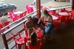 Scopre il marito con l'amante, volano schiaffi al bar: virale la reazione di una donna