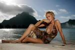 """Auguri alla """"donna più sexy del pianeta"""", Sharon Stone compie 59 anni: lo scatto in spiaggia fa impazzire i fan"""