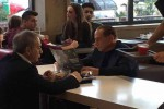 Pomeriggio al McDonald's, fra i tavoli (a sorpresa) c'è Berlusconi - Foto