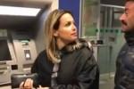 """""""Che ci faccio con 30 euro?"""", nuova gaffe sul lusso: web in rivolta contro la moglie di Bonolis"""