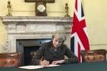 """Brexit, passa il """"piano soft"""" di uscita dall'Europa di Theresa May"""