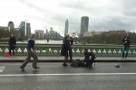 Londra, attacco a Westminster: passanti travolti da un'auto in corsa - Video