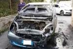 Paura a Villagrazia di Palermo per un'auto in fiamme: le immagini da via Agnetta