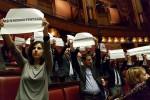 Irruzione in aula dopo il voto sui vitalizi, 19 grillini sospesi per 15 giorni